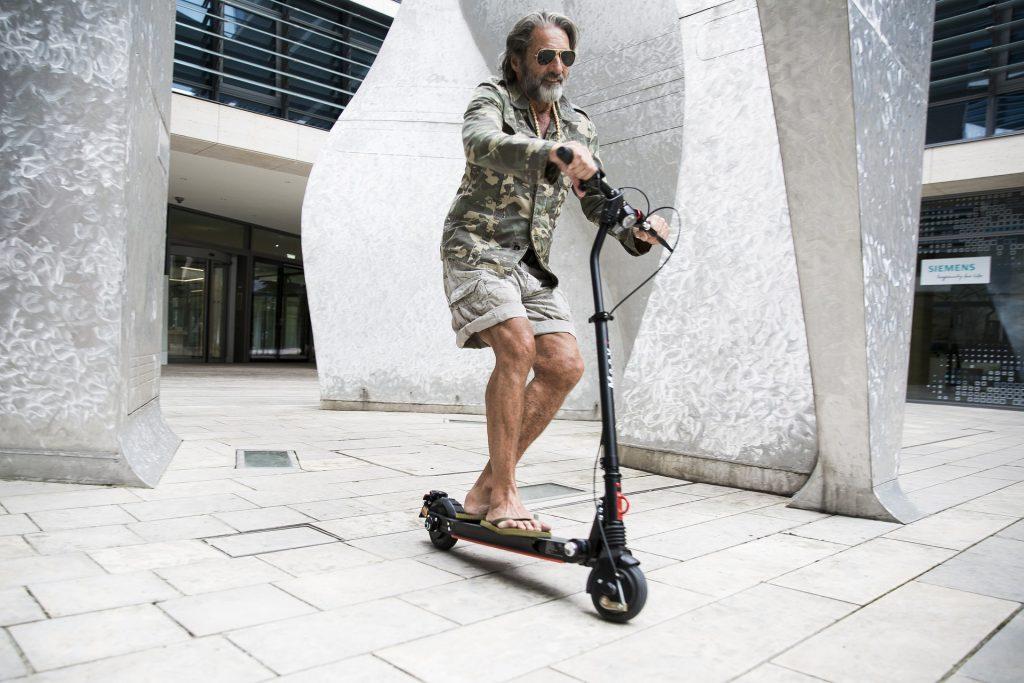 e-scooter fahren, mann